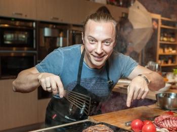 программа Кухня ТВ: Ели у Емели Пирог из баклажанов и салат из кролика с апельсинами