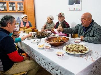 программа Travel Channel: Необычная еда Торонто: Конское сердце и пирог из плавников