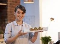 программа ЕДА: Первое, второе, третье Закуска со свёклой и сыровяленой свининой Паста с куриным филе в сливочном соусе Миндально персиковый десерт