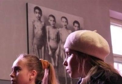 кадр из фильма Холокост - клей для обоев?