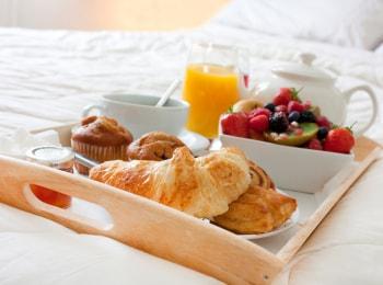 Завтрак-для-любимой-Шакшука-Зеленый-хумус-Гоголь-моголь-фруктовый