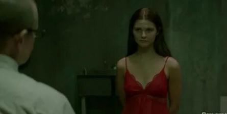 Девушка в подвале кадры