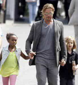 Брэд Питт прогулялся с дочками по Москве