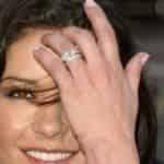 Кэтрин Зета-Джонс продолжает носить обручальное кольцо