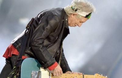 Гитарист The Rolling Stones бросил курить в 75 лет