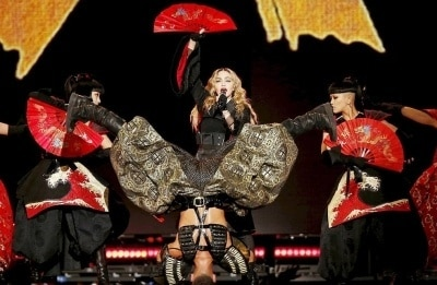 Мадонна исполнила горячий танец, стоя на руках