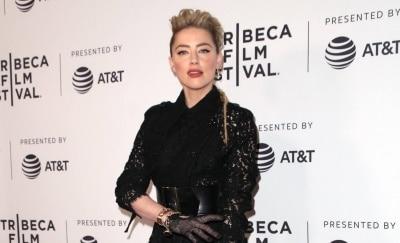 Херд пришла на кинофестиваль Tribeca в прозрачной юбке и чулках, а Робби — в кружевном комбинезоне