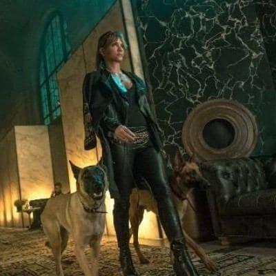 Холли Берри приручила собак на съемках нового Джона Уика